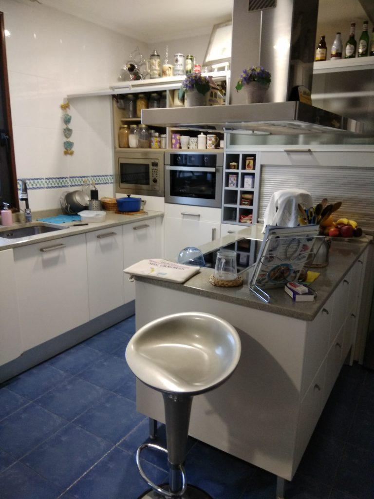 Justo al entrar en la cocina, nos recibe un bonito taburete que nos invita a sentarnos y la charla pausada mientras se cocina.